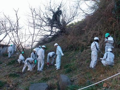タケ伐採跡地で植生調査をする高校生.jpg