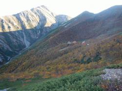 紅葉に染まる荒川小屋周辺を望む.png